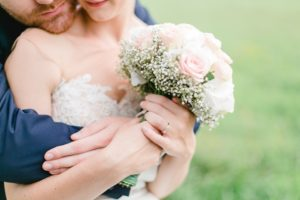 結婚式の準備中の2人の写真