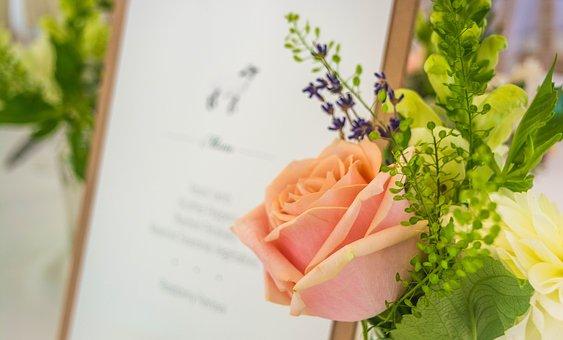 結婚式の日程を考えている写真
